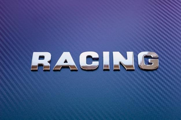 Konzept von sport, geschwindigkeit, rennen und leichtgewicht. wort carbon horizontal in chrombuchstaben auf violettblauem kohlefaserhintergrund geschrieben.