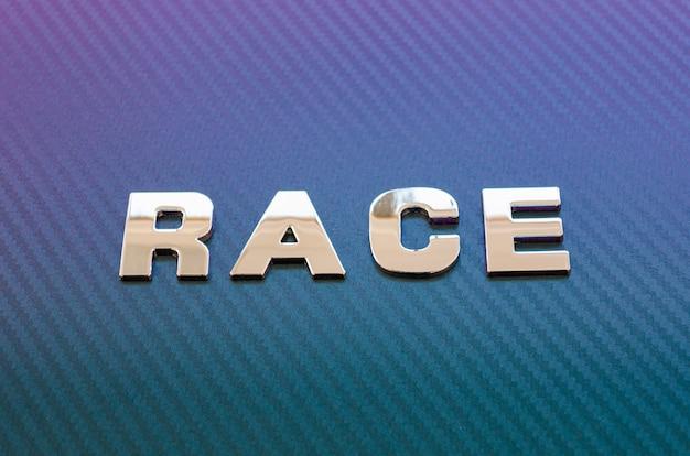 Konzept von sportrennen und geschwindigkeit. chrombuchstaben auf violettblauem kohlefaserhintergrund.
