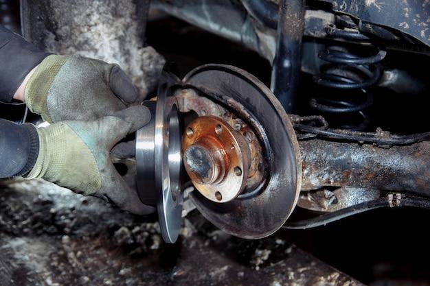 Konzept zum ersetzen der alten rostigen nabe und radlager auto demontage