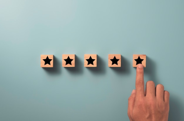 Konzept zur bewertung der kundenzufriedenheit und des produktservices. handberührender stern bis fünf sterne mit kopierraum.