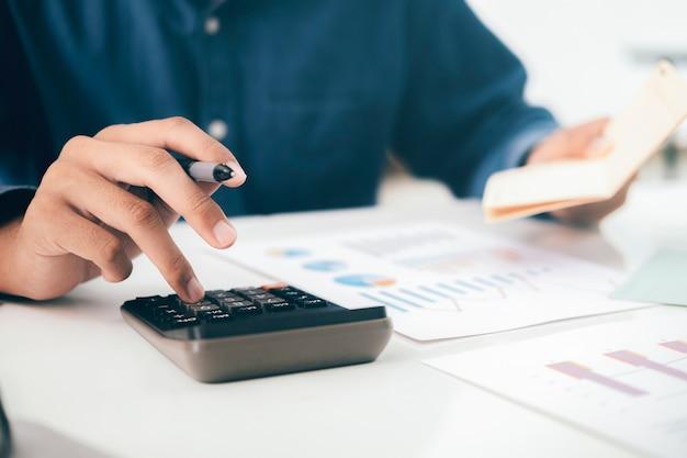 Konzept zur einsparung von finanzen. buchhalter oder bankier berechnen die geldrechnung.