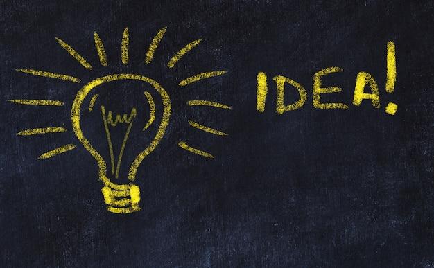 Konzept zur generierung von ideen. kreidezeichnung der glühbirne