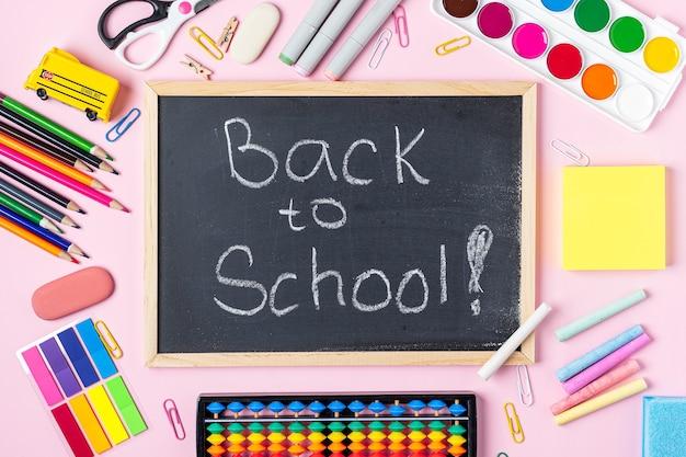 Konzept zurück zu schule farbe kreide bleistift notizbuch