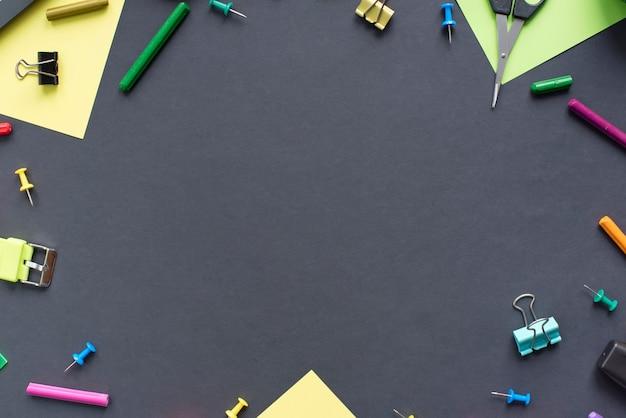 Konzept zurück zu schuluhrkreidelinie plätzchenbriefpapier auf schwarzem hintergrund.