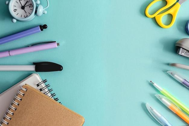 Konzept zurück zur kreativen draufsicht der schule. schul- und bürobedarf auf hellblauem papierhintergrund. kopieren sie platz, vorlage für text oder design.