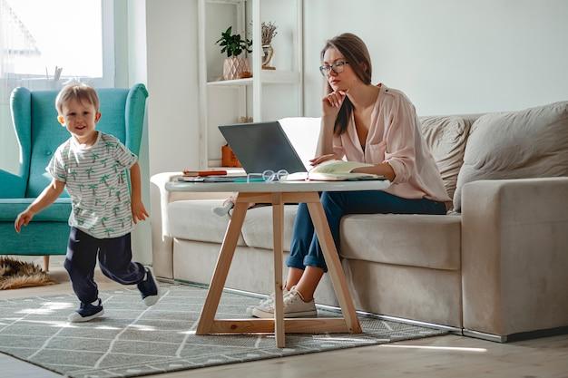 Konzeptarbeit zu hause und familienerziehung zu hause, mutter arbeitet w