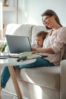 Konzeptarbeit zu hause und zu hause familienerziehung, mutter arbeitet