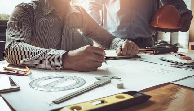 Konzeptarchitekten, architekt, der an plan im büro arbeitet.