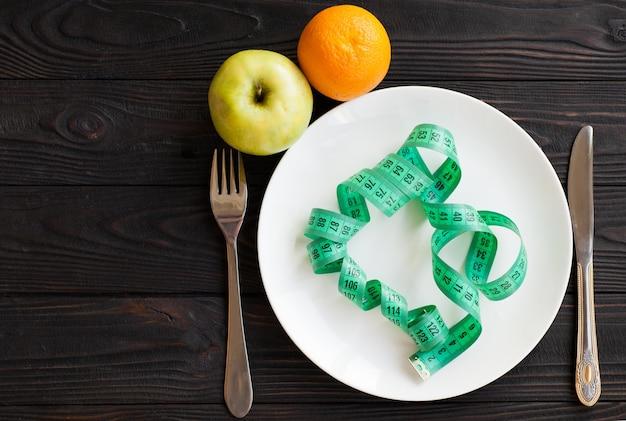 Konzeptdiät und gewichtsverlust auf hölzernem hintergrund draufsicht