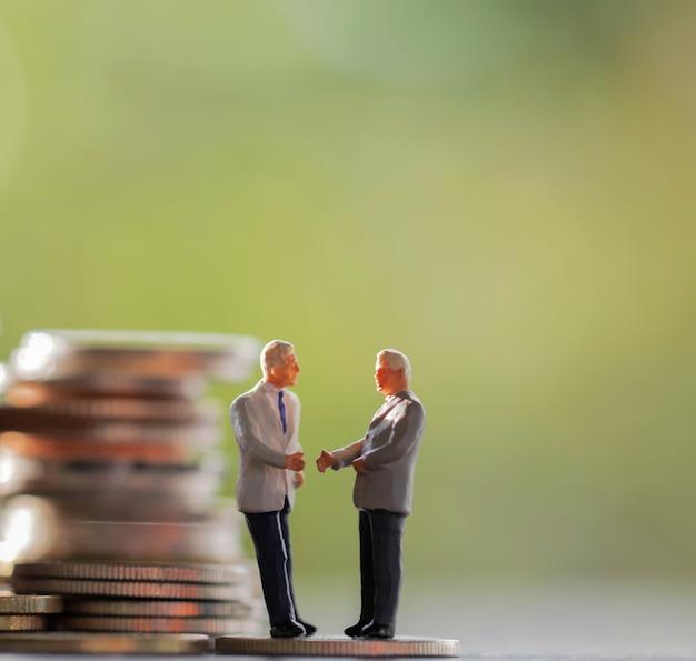 Konzepte für geschäftsmann, sparen, investitionen und finanzen