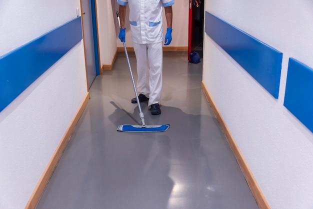 Konzeptfoto eines krankenhausarbeiters, der die station reinigt