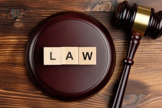 Konzeptgesetz über holzwürfel neben dem richterhammer