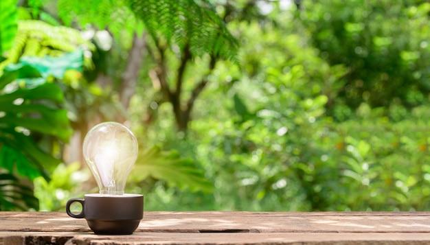 Konzeptidee glühbirne mit bokeh-hintergrund