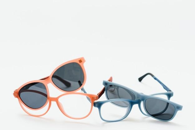 Konzeptionelle elegante sonnenbrille isoliert auf weißem hintergrund. sonnenbrillen-sommerzubehör als gestaltungselement für promo- oder werbebanner. hochwertige fotosonnenbrille auf weißem hintergrund