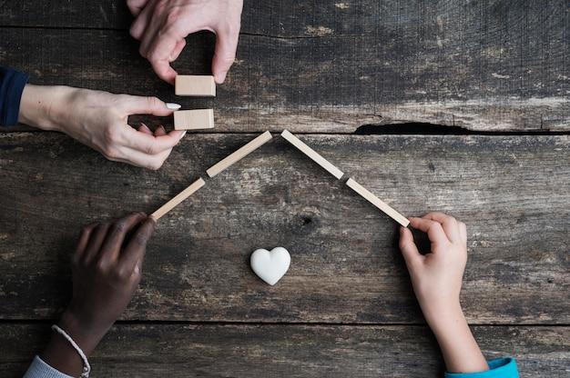 Konzeptionelles bild von adoption und familie