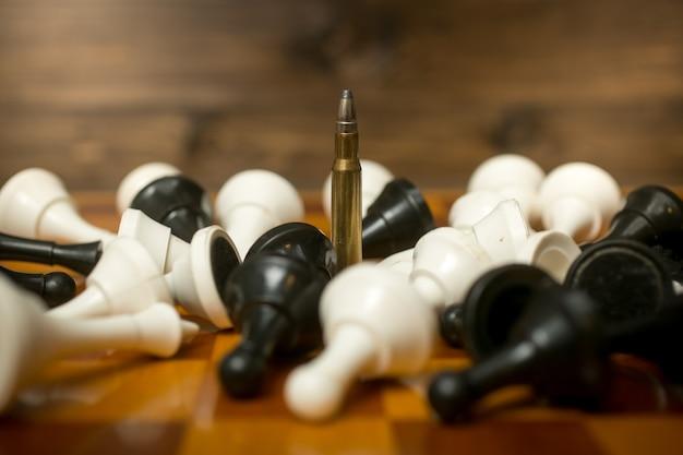 Konzeptionelles foto der kugel unter liegenden schachfiguren