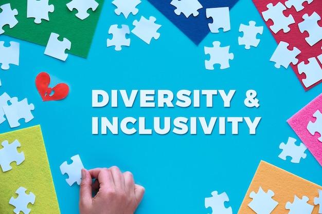 Konzeptpapierdesign, textvielfalt und inklusivität. puzzle-elemente und mehrfarbiger filz