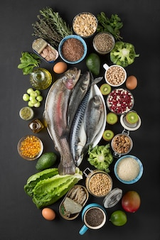Konzeptquelle omega-3. lebensmittel mit omega-3-seefisch, grünem gemüse, samen, öl, fischöl.