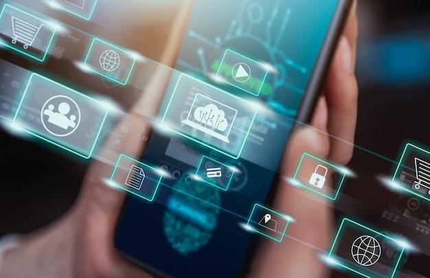 Konzepttechnologie internet und netzwerk, hand haltendes smartphone mit mediensymbol auf digitaler anzeige.