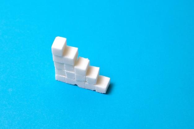 Konzepttreppe aus zucker. zu viel zucker führt zu gesundheitlichen problemen.