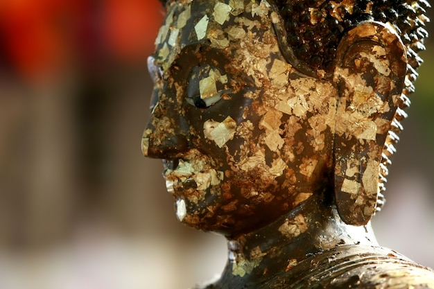 Kopf des goldenen buddha im tempel