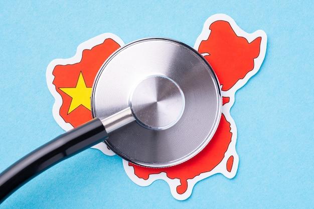Kopf des stethoskops auf der flagge von china