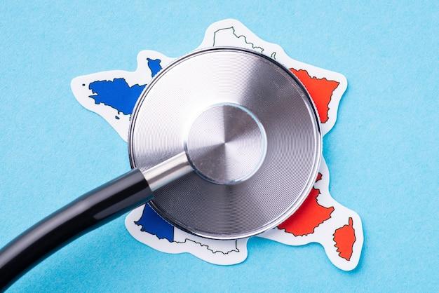 Kopf des stethoskops auf der flagge von frankreich