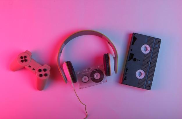 Kopfhörer, audiokassette, videokassette, gamepad