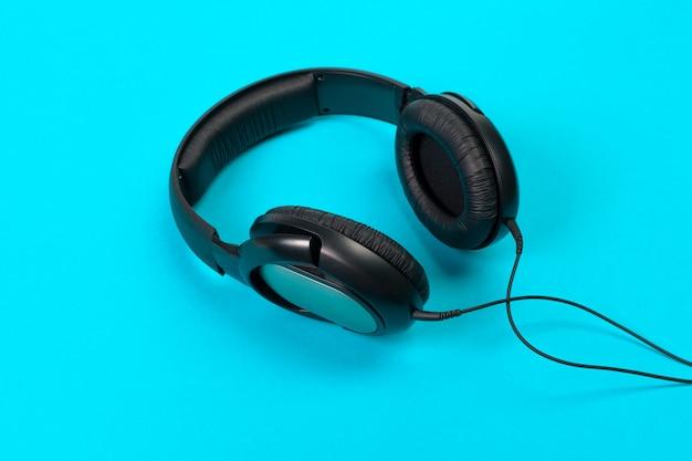 Kopfhörer auf blau