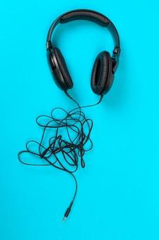 Kopfhörer auf blauem hintergrund