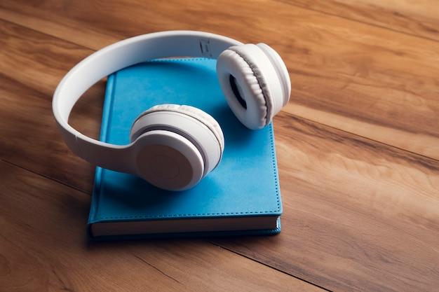 Kopfhörer auf buch auf holz
