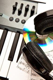 Kopfhörer auf einem synth platziert