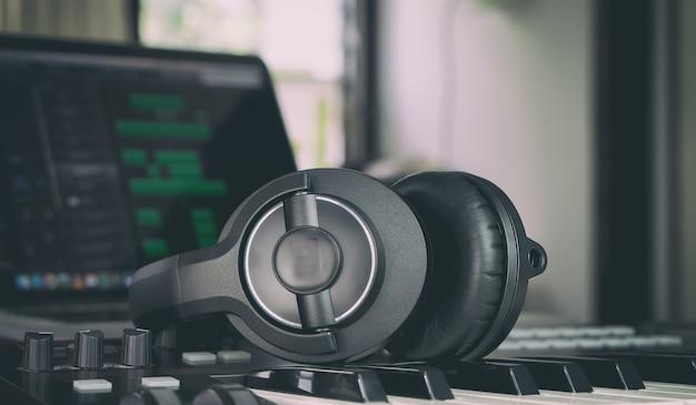 Kopfhörer auf einer musiktastatur im zuhause mmsuic studio