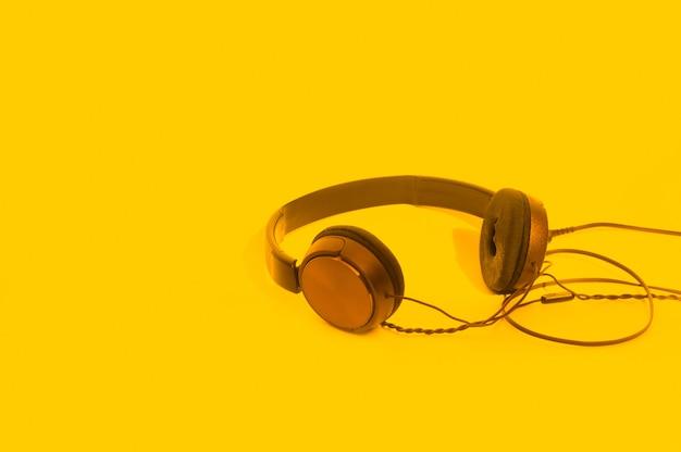 Kopfhörer auf gelb