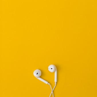 Kopfhörer auf gelbem hintergrund.