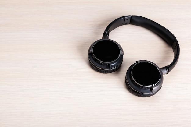 Kopfhörer auf hölzernem hintergrund