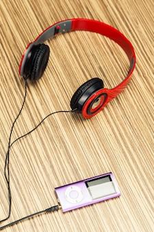 Kopfhörer auf holz
