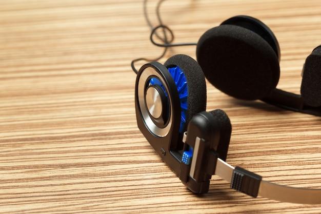 Kopfhörer auf holztisch