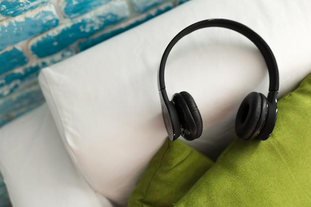 Kopfhörer auf kissen liegen zum entspannen musik hören
