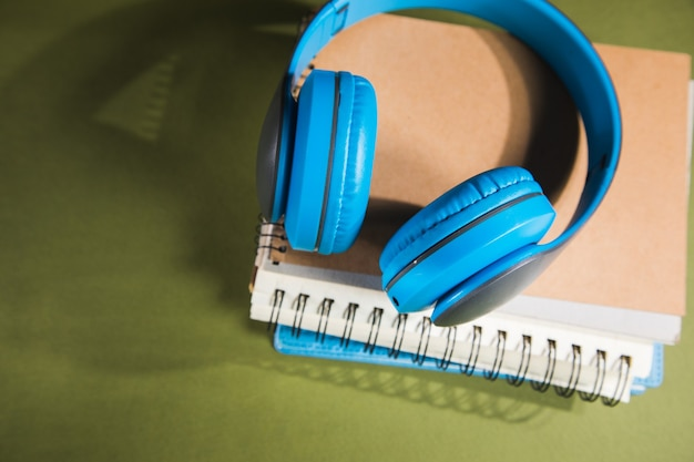 Kopfhörer auf notebooks auf grünem tisch