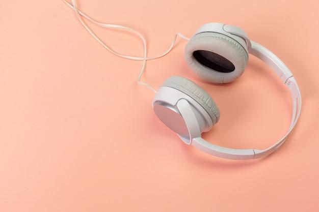 Kopfhörer auf orange hintergrund