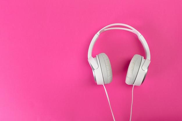 Kopfhörer auf rosa