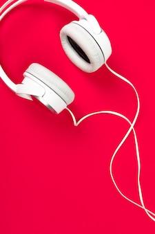 Kopfhörer auf roter fläche
