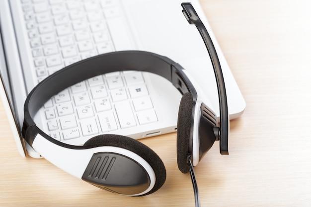 Kopfhörer auf tastaturcomputerlaptop