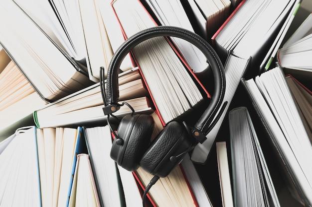Kopfhörer auf vielen büchern platz, draufsicht