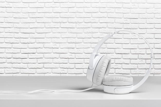 Kopfhörer auf weißer tabelle