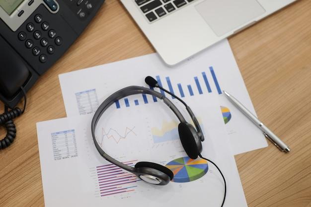Kopfhörer des callcenters, hotline am computerbüroraum