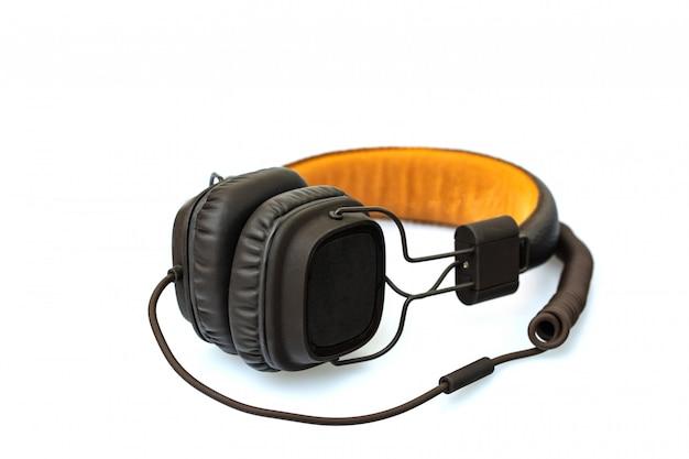 Kopfhörer getrennt auf weißem hintergrund.