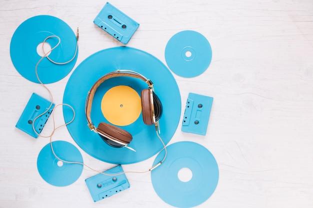 Kopfhörer inmitten von disketten und kassetten