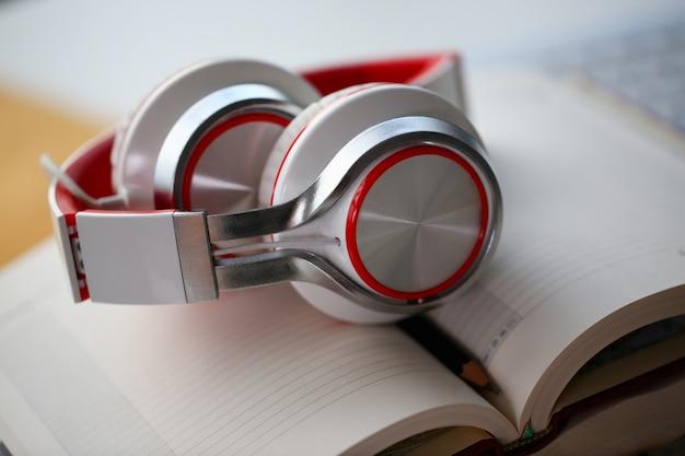 Kopfhörer liegen auf dem tisch im büro
